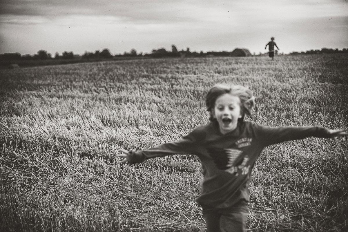 bonheur-garcon-champs